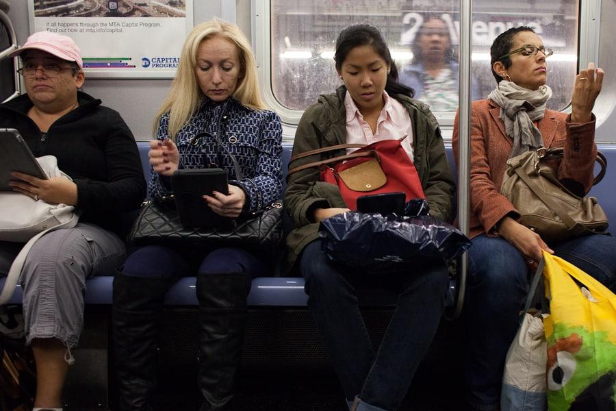 Типичные американские девушки в метро.